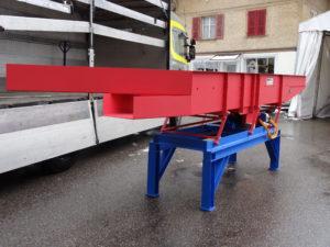 MATEC-Vibro-Mesh Vibrosieb MATEC Antrieb 3, Länge mit Aufgabezone 5700 mm, Breite 800 mm, Troghöhe 500 mm mit Siebboden für Kompostaussiebung. Die Ueberlängen gehen seitlich weg, das Gutmaterial geht geradeaus zur nächsten Förderanlage