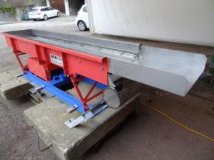 MATEC Vibrorinne Antrieb 1 mit Spaltsiebeinlage, innen mit Chromstahl ausgeführt zur Trennung von Molke und Frischkäse-Festanteilen, mit Behälter und Leitungsanschluss für Flüssigkeitstransport